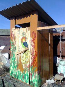 Чем покрасить деревянный туалет на даче: выбор цвета, процесс окраски
