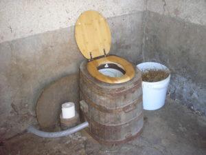 stulchak-dlya-dachnogo-tualeta