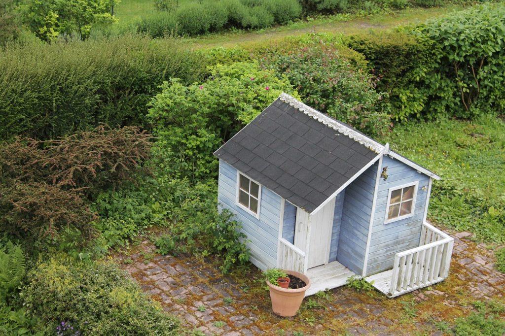 Хозблок с верандой под общей крышей на дачном участке
