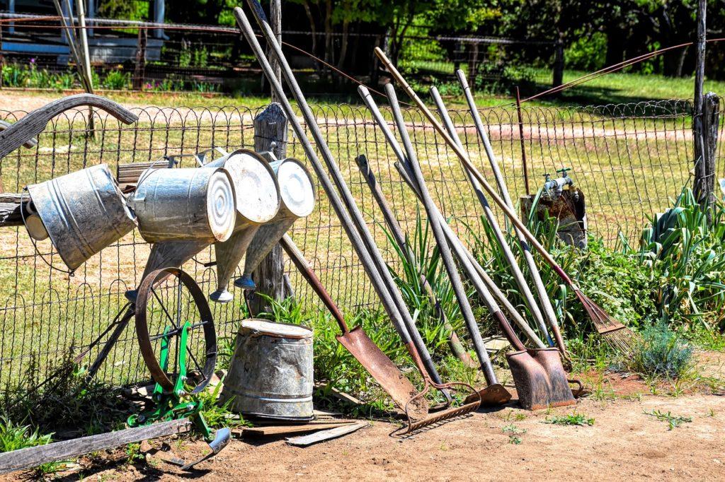 Как организовать хранение садового инвентаря в сарае