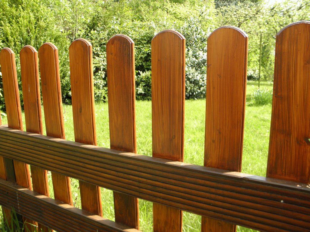 Из чего можно сделать забор своими руками на даче дешево и красиво