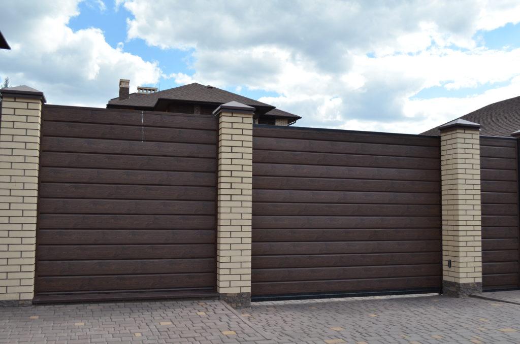Заборы для частного дома: варианты красивых, современных ограждений
