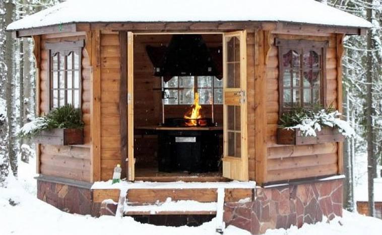 Зимняя беседка с барбекю, мангальной зоной на садовом участке