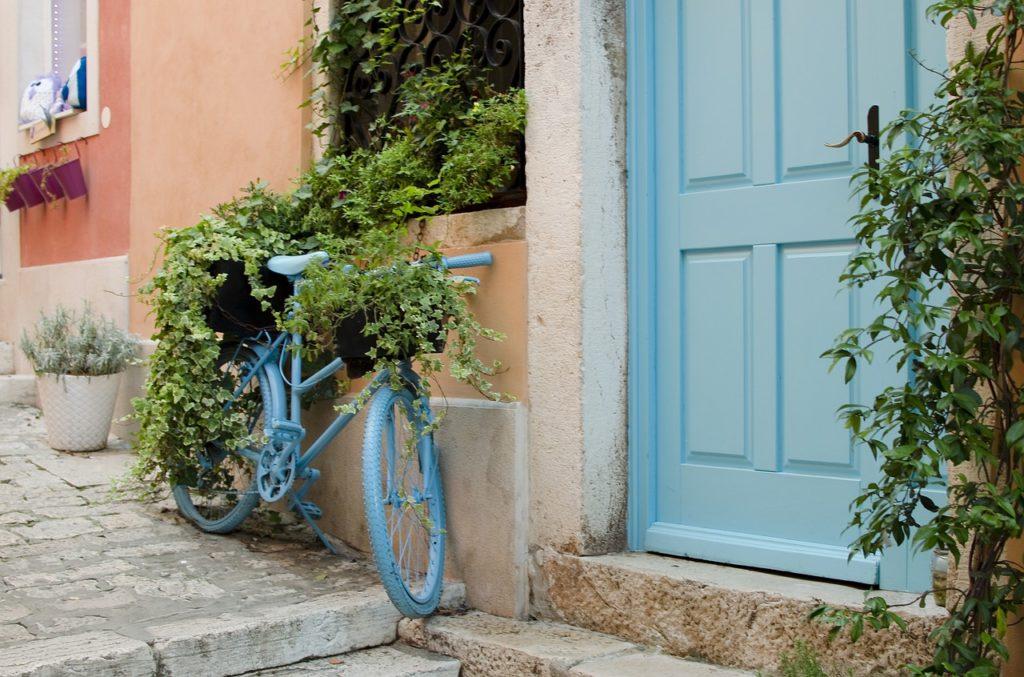 myfoto-kak-ukrasit-velosiped-cvetami-na-dache