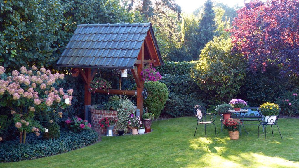 Клумбы для цветов — оформление двора возле частного дома