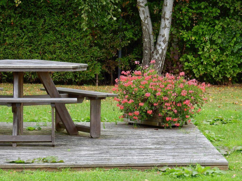Как сделать своими руками садовый стол для дачи со скамьями