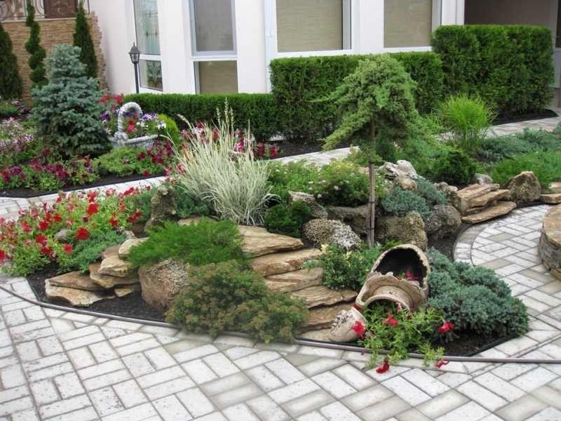 Ландшафтный дизайн участка около частного дома с хвойными растениями