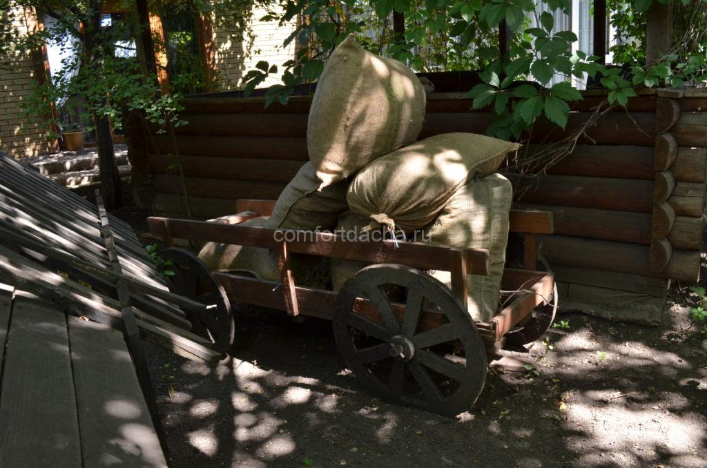 Оригинальная клумба-телега на даче — порядок действий при оформлении