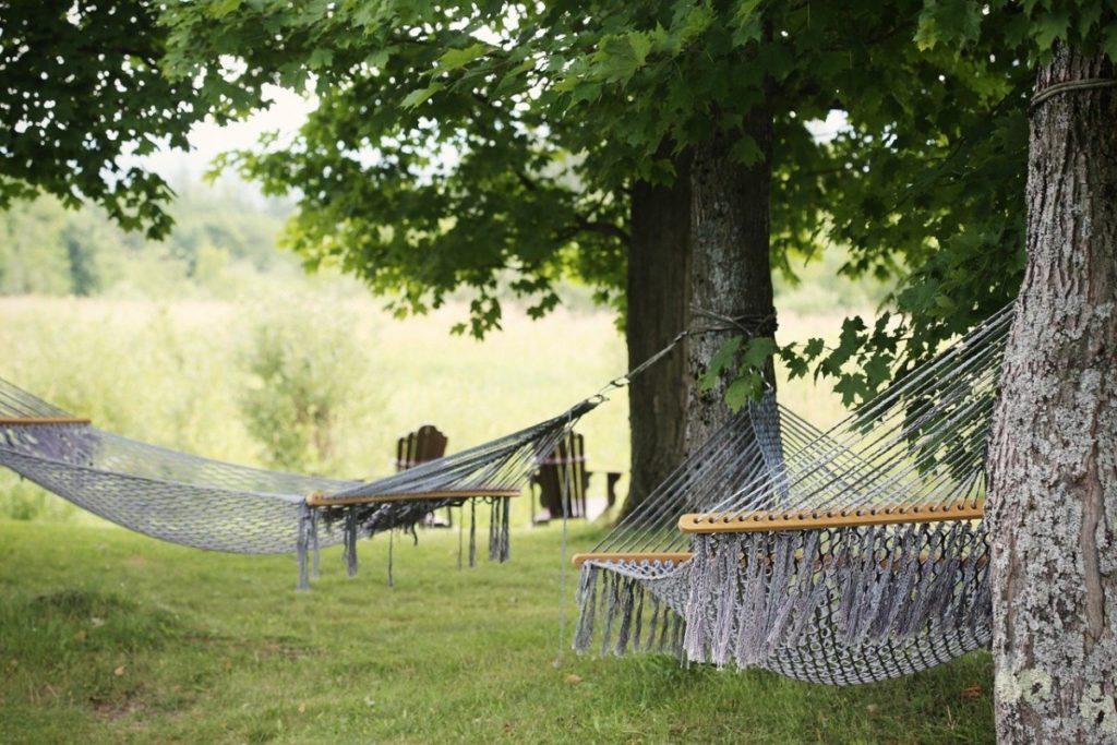 Как повесить гамак на даче — между деревьями и без них