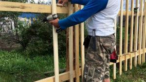 Штакетник деревянный — строительство забора своими руками