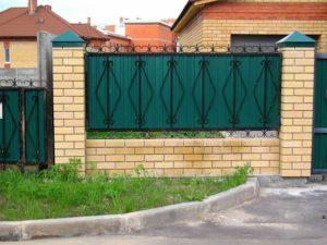 Как сделать красивый забор из профнастила для загородного дома